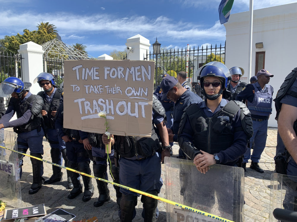 """Een stem tydens die Kaapstadse protesoptog: """"Nie meer nie, geen f ** koning meer nie!"""" - Daily Maverick"""