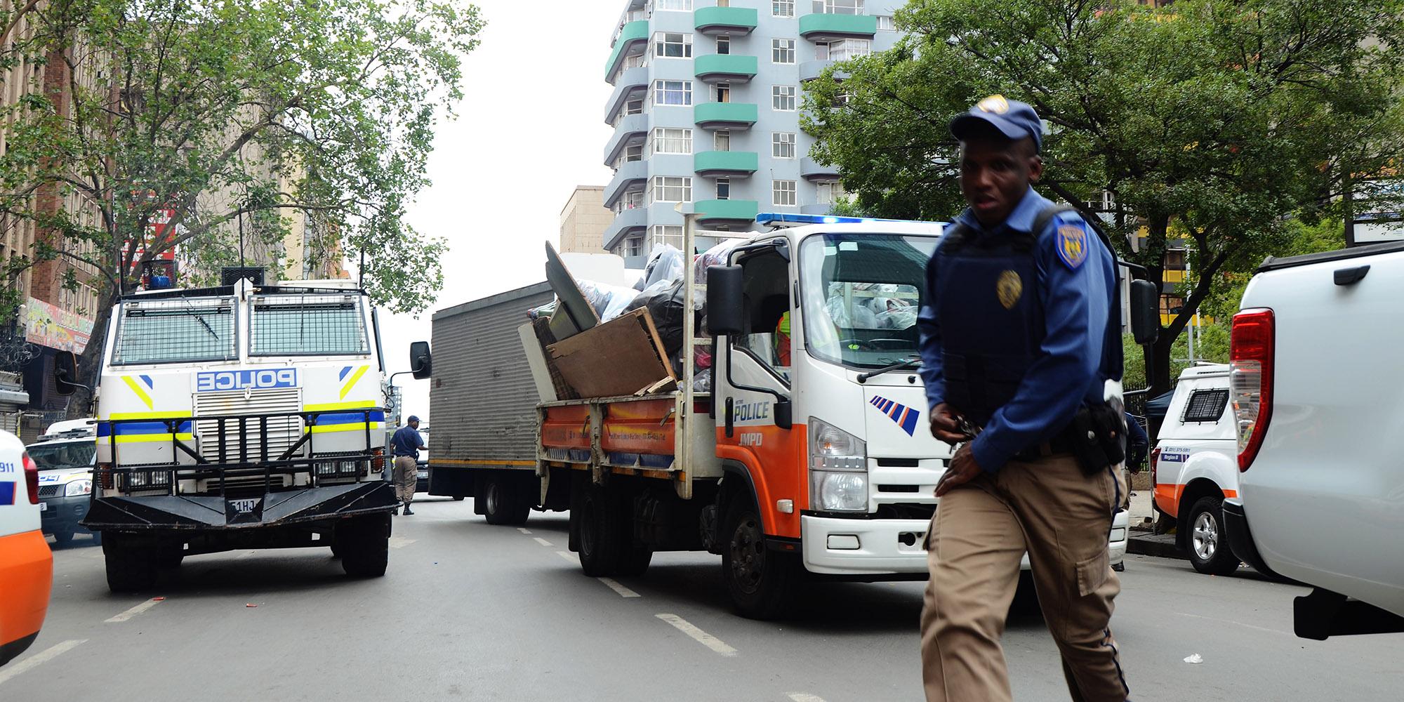 7 polisiebeamptes gearresteer nadat hulle probeer het om goedere te verkoop ... - Daily Maverick